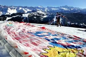 Vol en parapente au-dessus du village des Gets, en Haute-Savoie.